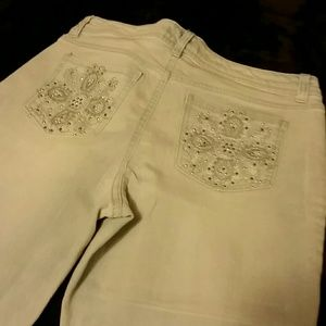 Very nice embroidered Capri jeans!!